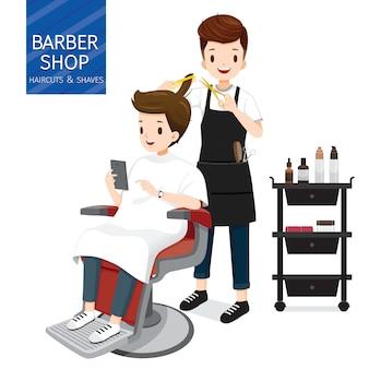理髪店で男性客の髪を作る美容師