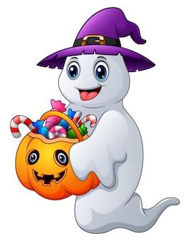 Призраки хэллоуина держит тыквенную сумку с полной конфеткой