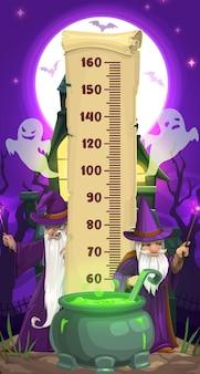 만화 마법사와 유령이 있는 할로윈 어린이 높이 차트. 양피지 스크롤, 무서운 마술사, 박쥐 및 유령, 유령의 집, 물약 가마솥에 눈금자가 있는 벡터 성장 측정기 스티커