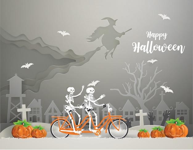 Счастливый halloween с ведьмой, едущей на метле по небу, и скелеты, ездящие на велосипеде по серой траве, идут на вечеринку