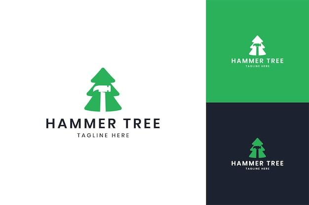 망치 나무 부정적인 공간 로고 디자인
