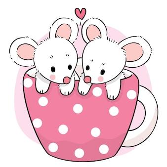 Рука рисовать мультфильм милая сладкая мышь в векторе чашки кофе