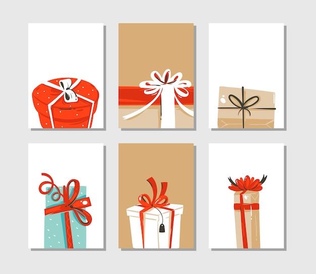 クラフト紙の背景に分離されたサプライズギフトボックスのかわいいイラストがセットされた手描きの抽象的な楽しいメリークリスマスの時間の漫画カードまたはタグコレクション。