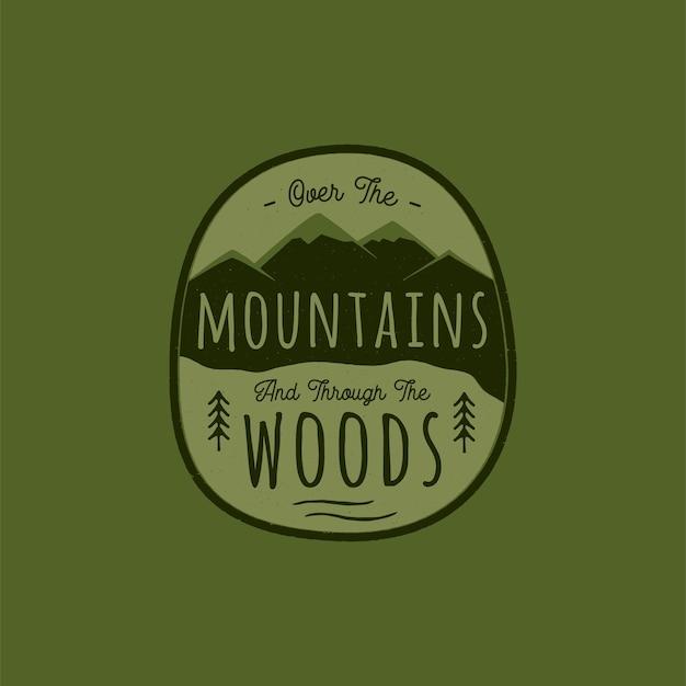 山、松の木の森と手描きの冒険のロゴ。図。