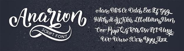 손으로 그린 브러쉬 그린 편지. 필기 스크립트 알파벳