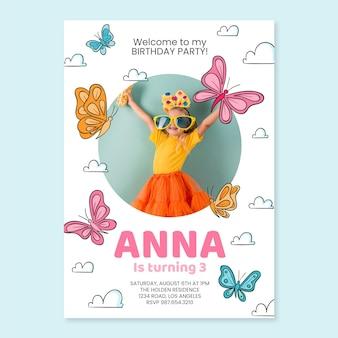 写真テンプレートと手描きの蝶の誕生日の招待状