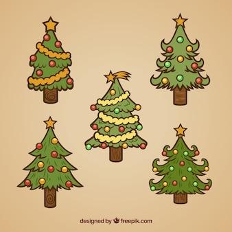 장신구와 손으로 그린 크리스마스 트리