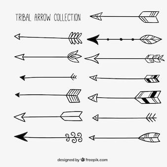 Collezione disegnata a mano di frecce tribali
