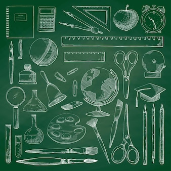緑の学校の黒板に手描きのさまざまな学用品。スケッチスタイルのイラスト。