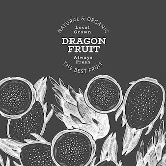 손으로 그린 드래곤 과일. 초크 보드에 유기농 신선한 음식. 레트로 pitaya 과일 배경입니다.