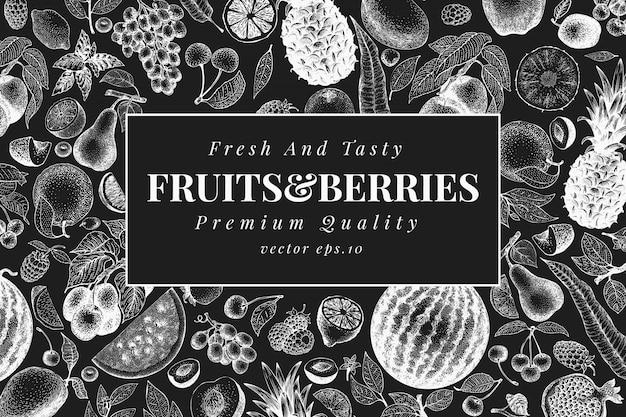 손으로 그린 된 과일과 열매 디자인 서식 파일. 분필 보드에 벡터 과일 삽화입니다. 빈티지 음식 배경