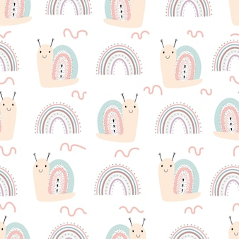 手描きイラストとかわいいカタツムリと虹のシームレスなパターン。スカンジナビアのシンプルな手描きスタイルのデジタルペーパーでベクトル赤ちゃんイラスト