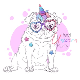 Вручите вычерченную иллюстрацию собаки мопса с рожком единорога. Premium векторы