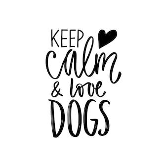 Рука нарисованные букв фразу - сохранять спокойствие и любить собак. вдохновляющие цитаты о домашних животных.