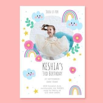 写真と手描きの虹の誕生日の招待状のテンプレート