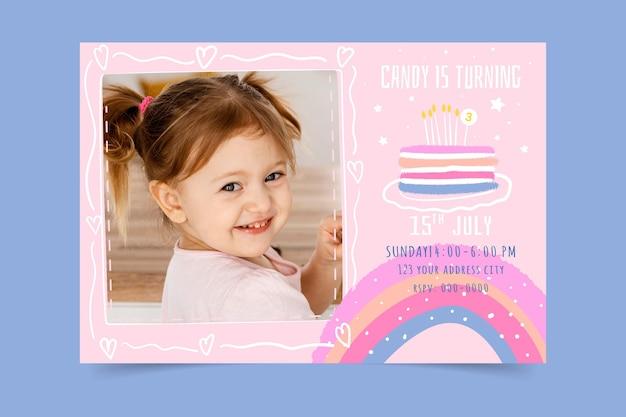 Modello di invito compleanno arcobaleno disegnato a mano con foto