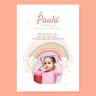 写真付きの手描きの虹の誕生日の招待状のテンプレート