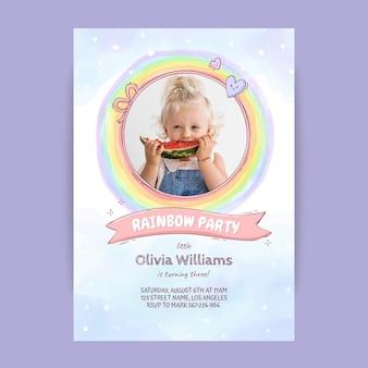Нарисованный рукой шаблон приглашения дня рождения радуги с фото