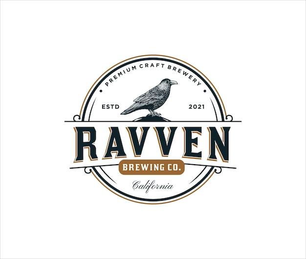 Нарисованная рукой винтажная концепция логотипа ворона для пивоваренной компании