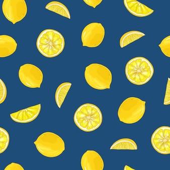 Ручной обращается бесшовные модели с лимонами, целыми и нарезанными на части на синем фоне