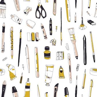 白い背景の上の文房具、描画器具、創造性ツールまたは事務用品との手描きのシームレスなパターン。紙、壁紙を包むためのビンテージスタイルのリアルなベクトルイラスト。