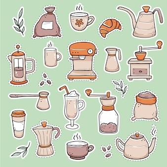 コーヒーカップ、マグカップ、ポット、コーヒーマシンとさまざまなステッカーの手描きのセット。落書きスケッチスタイル。