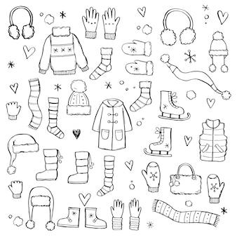 Набор рисованной зимней одежды и аксессуаров: шапка, шарф, пальто, рукавица, обувь, свитер. эскиз стиля каракули для детей, рождественский дизайн. отдельные векторные иллюстрации.