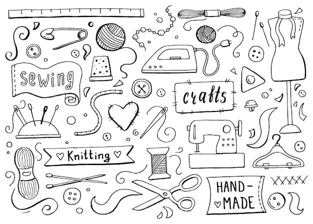 바느질과 뜨개질 도구와 액세서리로 손으로 그린 세트:실, 가위, 바늘, 계량, 버튼, 기계. 재봉, 아틀리에, 패션 디자인을 위한 벡터 일러스트 레이 션. 낙서 스케치 스타일.