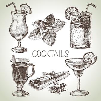 알콜 칵테일의 손으로 그린 스케치 세트입니다. 삽화