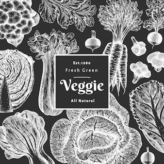 손으로 그린 스케치 야채. 유기농 신선한 식품 배너 템플릿입니다. 빈티지 야채 배경입니다. 초크 보드에 새겨진 스타일의 식물 삽화.