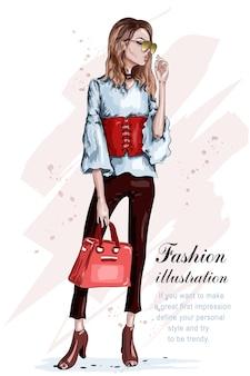 Нарисованная рукой стильная девушка в модной одежде