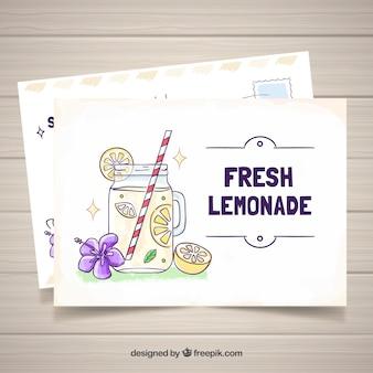 레모네이드와 함께 손으로 그려진 된 여름 카드 템플릿