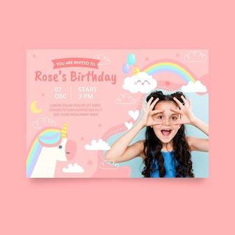 写真付きの手描きのユニコーンの誕生日の招待状のテンプレート
