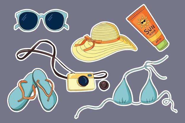 Набор рисованной отпуск стикер. солнцезащитные очки бикини, вьетнамки, фотоаппарат, солнцезащитный тубус, женская шляпа. летняя праздничная коллекция для логотипов, наклеек, принтов, дизайна этикеток. премиум векторы