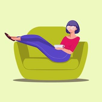 お茶とソファに横になっている手描きの若い女の子