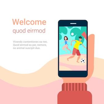 Рука держать смартфон приложение пара, играя в пляжные игры
