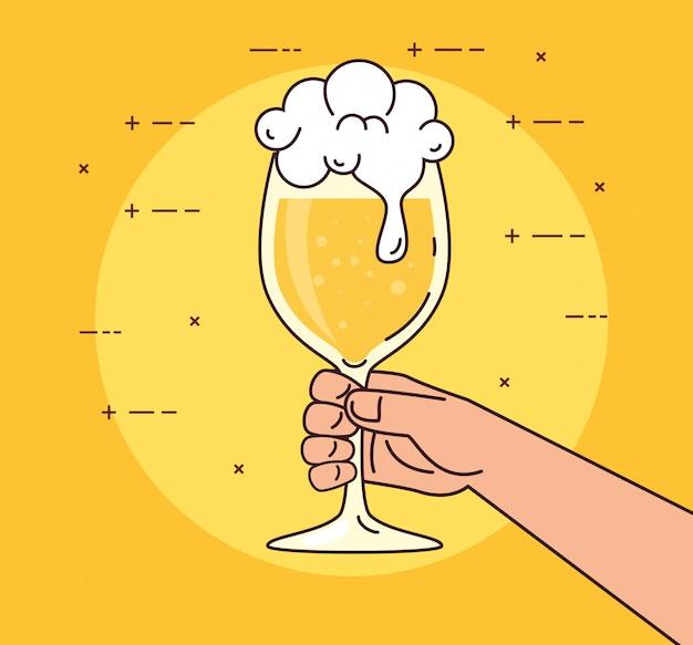 Рука держит стакан с пивом, на желтом фоне