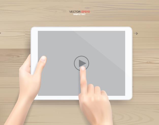 Рука и планшетный компьютер с сенсорным экраном на белом деревянном фоне