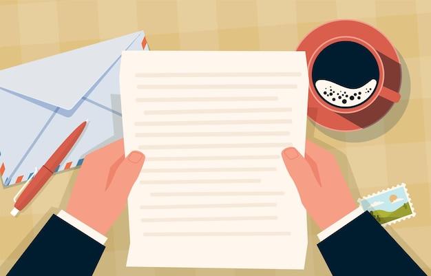 封筒を持っている手。通信紙の手紙と切手、テーブルの上のコーヒーカップとペン、郵便の準備、上面図ベクトル漫画フラットコンセプト