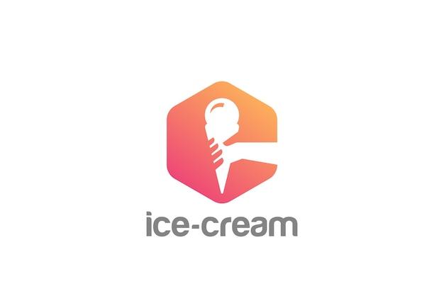 Рука, держащая значок логотипа мороженого