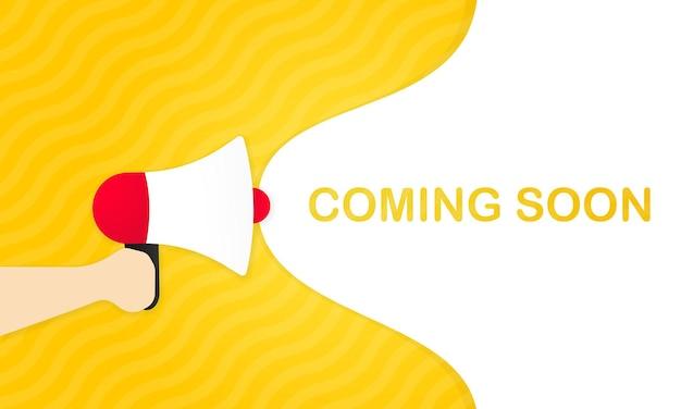Рука, держащая мегафон с предстоящим сообщением в ближайшее время в баннере речи пузыря. громкоговоритель. объявление. реклама. вектор eps 10. изолированный на белой предпосылке.