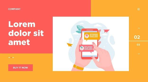 온라인 메시지 평면 벡터 일러스트와 함께 휴대 전화를 들고 손. 채팅과 함께 현대 스마트 폰 화면입니다. 커뮤니케이션 및 대화 개념