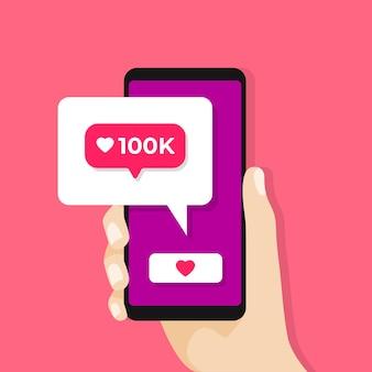 화면에 소셜 미디어 알림으로 스마트 폰을 들고 손.
