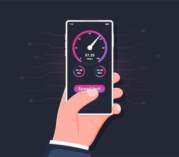 화면에 속도 테스트가 있는 스마트폰을 들고 있는 손 온라인 연결 확인