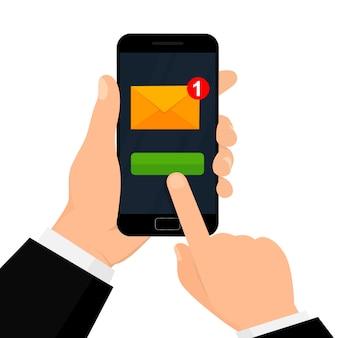 손은 스마트 폰 화면에 새로운 이메일 알림이있는 스마트 폰을 보유합니다. 전자 메일 마케팅 개념입니다.