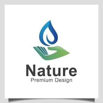 生物学の春の自然なロゴデザインのための淡水ドロップによるハンドリーフケア
