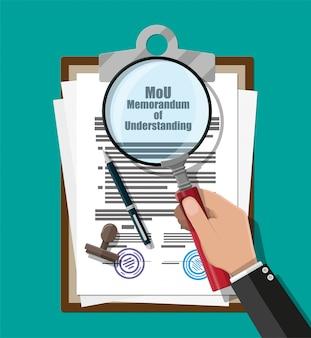 Рука юриста с лупой проверяет меморандум о взаимопонимании документа. моу юридические документы. исследовательские документы. контрактное соглашение бумажный бланк с печатью, ручка. векторная иллюстрация в плоском стиле