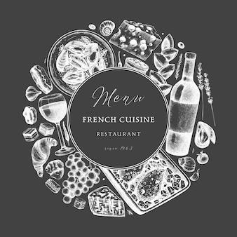 Вручите набросал венок французской кухни на доске. деликатесы еда и напитки модный фон. идеально подходит для рецепта, меню, этикетки, значка, упаковки. винтажная французская еда и напитки шаблон.