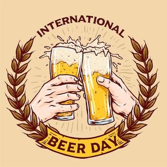 世界ビールの日を祝うためのビールバッジのグラスを手で乾杯
