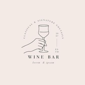 Рука со стаканом напитка. абстрактный логотип для кафе или бара.